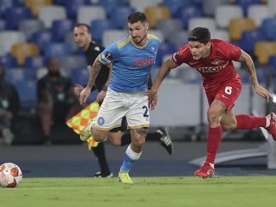 Matteo Politano (vľavo) a hráč Spartaku Moskva Ayrton Lucas bojujú o loptu