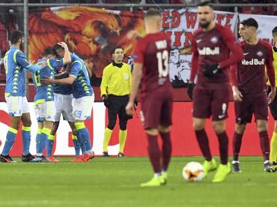 Na snímke hráči Neapola oslavujú úvodný gól