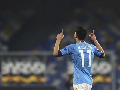 Hirving Lozano oslavuje gól, ktorý venoval zosnulému Diegovi Maradonovi