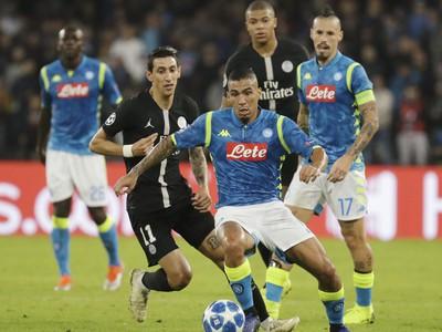 Hráč Neapola Marques Allan (druhý sprava) a hráč PSG Angel di Maria  v zápase C-skupiny Ligy majstrov SSC Neapol - Paríž SG
