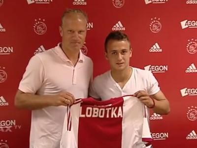 Stanislav Lobotka s asistentom trénera Dennisom Bergkampom