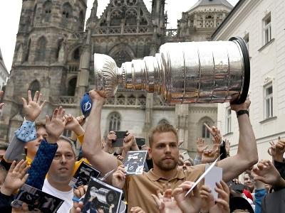 Erik Černák ukázal fanúšikov v Košiciach svoj druhý získaný Stanley Cup