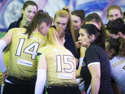 Vpravo trénerka Strabag VC Bilíková Pezinok Eva Koseková spolu so svojimi zverenkami