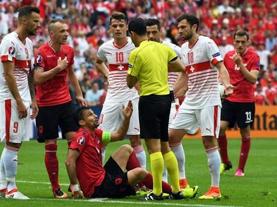Carlos Velasco Carballo dáva červenú kartu Lorikovi Canovi