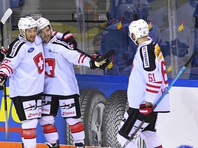 Na snímke radosť hráčov Švajčiarska po úvodnom góle v zápase Slovensko - Švajčiarsko