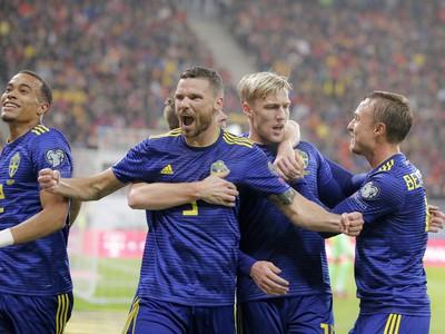 Švédi oslavujú gól do siete Rumunska