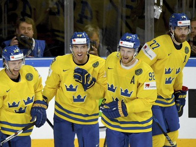 Hráči Švédska oslavujú gól
