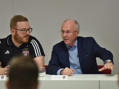 Na snímke vpravo tréner Sven-Göran Eriksson na stretnutí s trénermi mládeže počas návštevy Štadióna Antona Malatinského v Trnave