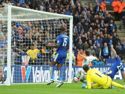 Leonardo Ulloa dáva gól