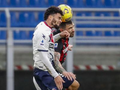 Alessio Romagnoli a Emmanuel Riviere vo vzdušnom súboji