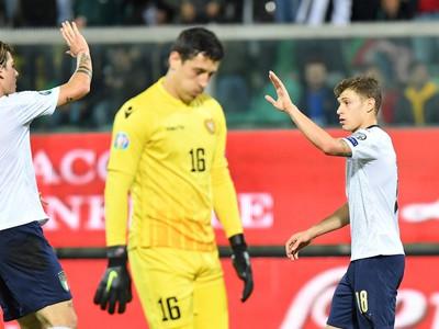 Taliansky hráč Nicolo Barella oslavuje so spoluhráčom Nicolom Zaniolom tretí gól do bránky Arménska