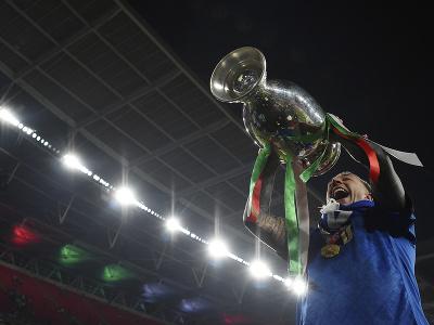 Federico Bernardeschi pózuje s trofejou pre víťazov EURO