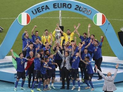 Oslavy talianskych futbalistov s trofejou EURO
