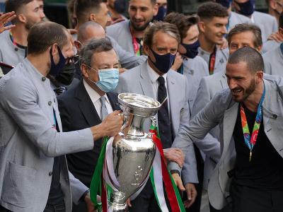 Taliansky premiér Mario Draghi (druhý vľavo) pózuje s talianskymi futbalistami počas osláv zisku titulu majstra Európy vo futbale 12. júla 2021 v Ríme.