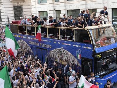 Talianski futbalisti v otvorenom autobuse oslavujú zisk titulu majstra Európy