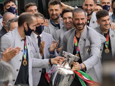 Talianski futbalistI oslavujú zisk titulu majstra Európy
