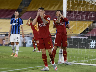 Roger Ibanez a Gianluca Mancini po zahodenej šanci, v pozadí Milan Škriniar