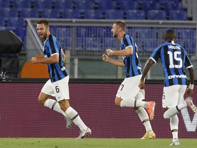 Stefan de Vrij a Milan Škriniar oslavujú vedúci gól Interu