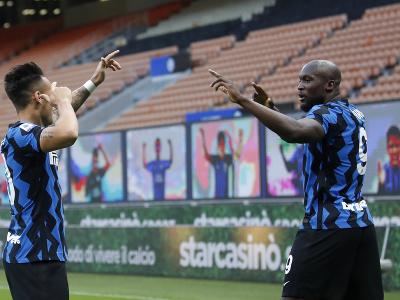 Romelu Lukaku (vpravo) z Interu Miláno sa teší z gólu so spoluhráčom Lautarom Martinezom