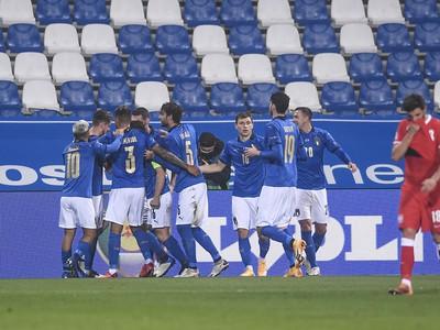 Talianski hráči oslavujú úvodný gól Jorginha