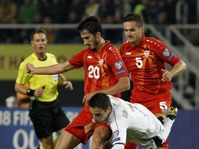 Giacomo Bonaventura, Stefan Spirovski a Daniel Mojsov v súboji o loptu