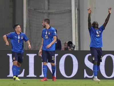 Talianski futbalisti sa radujú z gólu