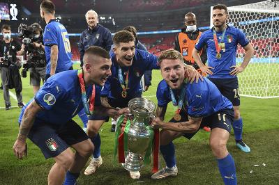Marco Verratti, Giovanni Di Lorenzo a Ciro Immobile pózujú s trofejou