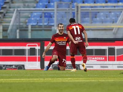 Henrich Mchitarjan a Pedro oslavujú gól rímskeho AS