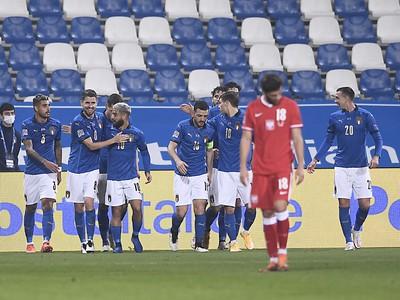 Talianski futbalisti sa tešia z gólu