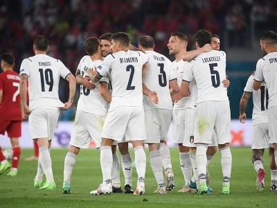Hráči Talianska oslavujú gól