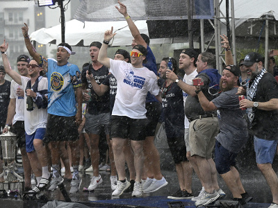Hokejisti Tampy oslavujú zisk Stanley Cupu