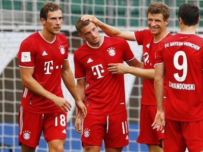 Mickael Cuisance a Thomas Muller oslavujú gól Bayernu