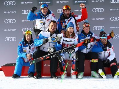 Slovenská lyžiarka Petra Vlhová a jej tím sa tešia po triumfe v paralelnom slalome