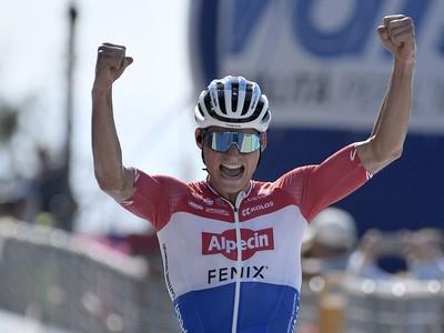 Holandský cyklista Mathieu van der Poel sa teší z víťazstva v 7. etape pretekov Tirreno - Adriatico