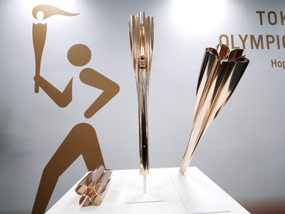 Na snímke olympijskú pochodeň