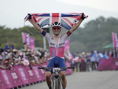 Britský horský cyklista Tom Pidcock získal zlatú medailu v pretekoch mužov na olympijských hrách v Tokiu