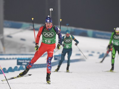Na snímke slovenský biatlonista Tomáš Hasilla (v popredí) počas štafety mužov