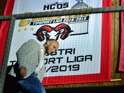 Bývalý kapitán HC '05 iClinic Banská Bystrica Tomáš Surový počas odhalenia majstrovskej vlajky