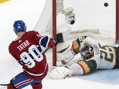 Slovenský hráč Montrealu Canadiens Tomáš Tatar (vľavo) skóruje cez brankára Vegas Golden Knights Marca-Andrea Fleuryho