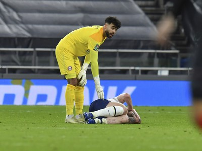 Zranený hráč Tottenhamu Pierre-Emile