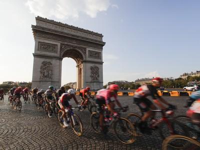 Pelotón cyklistov počas záverečnej 21. etapy 107. ročníka pretekov Tour de France