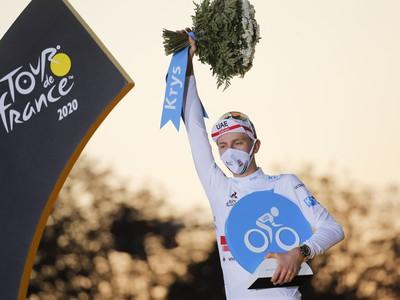 Slovinský pretekár Tadej Pogačar oslavuje na pódiu v bielom drese najlepšieho pretekára do 21 rokov