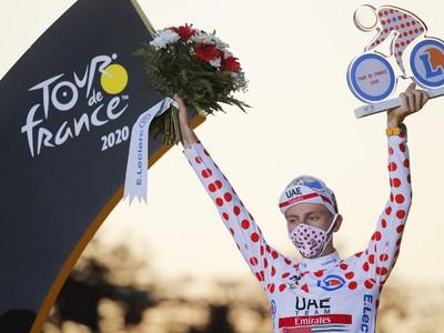 Slovinský pretekár Tadej Pogačar oslavuje na pódiu v bodkovanom drese najlepšieho vrchára