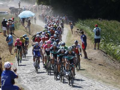 Cyklisti počas deviatej etapy