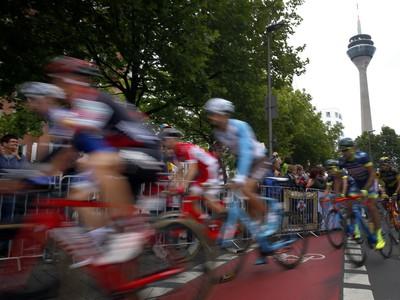 Balík cyklistov počas druhej etapy