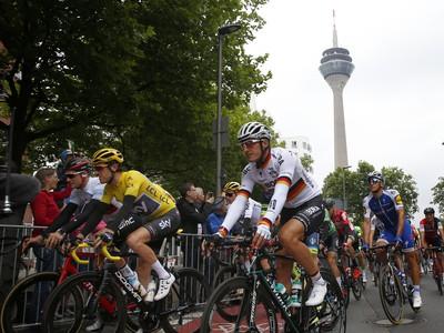 Geraint Thomas a Stefan Kung v balíku cyklistov počas druhej etapy