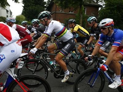 Peter Sagan (v strede) počas druhej etapy Tour de France