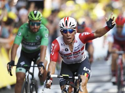 Na snímke v pozadí slovenský cyklista Peter Sagan z tímu Bora Hansgrohe v zelenom drese, vpredu Austrálčan Caleb Ewan z tímu Lotto Soudal víťazí v 11. etape prestížnych cyklistických pretekov Tour de France
