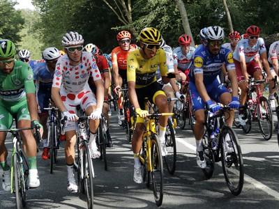 Na snímke zľava slovenský cyklista Peter Sagan v zelenom drese najlepšieho pretekára v bodovacej súťaži, Francúz Romain Bardet v bodkovanom drese najlepšieho vrchára, kolumbijský cyklista Egan Bernal v žltom drese vedúceho pretekára v priebežnom poradí a francúz Julian Alaphilippe jazdia spolu počas záverečnej 21. etapy slávnych pretekov Tour de France