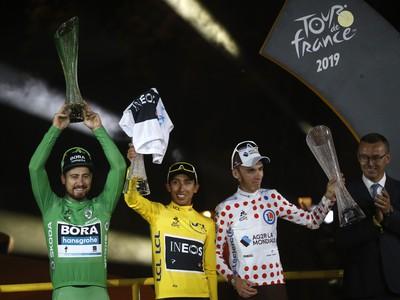 Peter Sagan, Egan Bernal a Romain Bardet oslavujú na pódiu 106. ročníka Tour de France